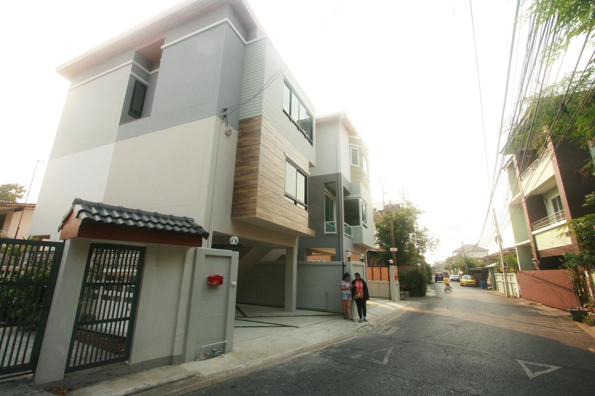 ถนนหน้าบ้านกว้าง ล้อมรอบด้วยบ้านเดี่ยว