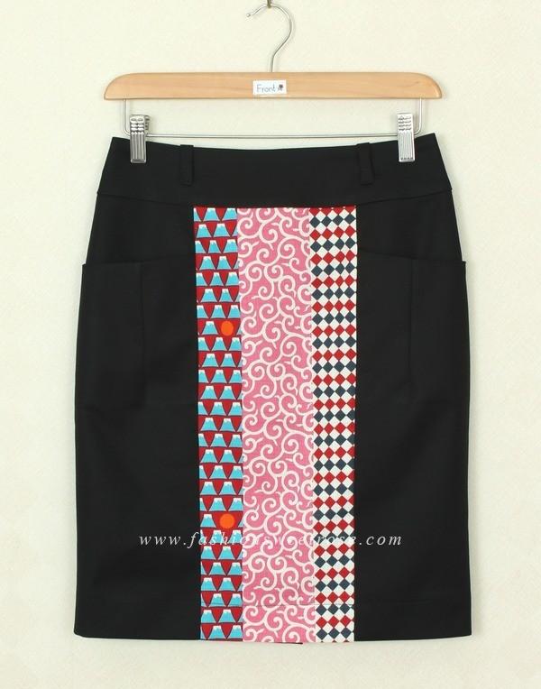 กระโปรงแฟชั่น กระโปรงทำงาน ผ้าญี่ปุ่นผสมเนื้อสเปนเด็กสีดำ ด้านหน้าตัดต่อชิ้นกลางหน้าด้วยผ้าญี่ปุ่นพิมพ์ลาย มีกระเป๋าล้วง 2 ข้าง แบบดีไซน์เรียบหรู ผ้าสีสวย รีดง่ายค่ะ