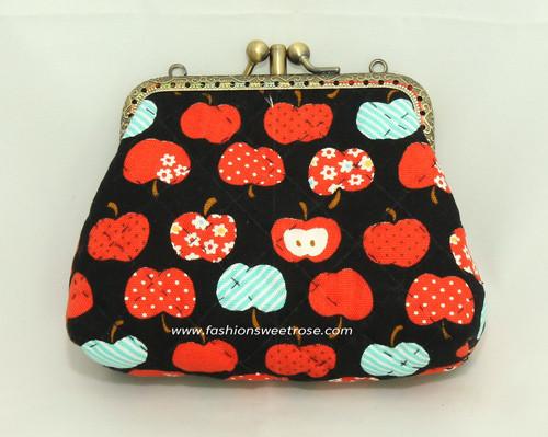 QLT-039 กระเป๋าปิ๊กแป๊กแบบ 2 ช่อง ใส่เหรียญและธนบัตร ผ้าลายลูกแอปเปิ้ลแดงพื้นดำ
