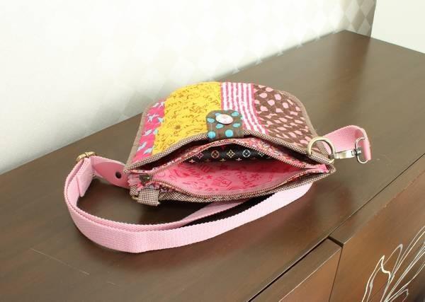 กระเป๋าควิลท์,สะพายข้าง,ขนาดพอเหมาะ,สีสันสดใส,ใส่กระเป๋าสตางค์,โทรศัพท์ ,iPad mini,ด้านหน้า,กระดุมแม่เหล็ก,ตกแต่ง,ช่องกลาง,มีซิป,ด้านหลัง,มีช่องใส่