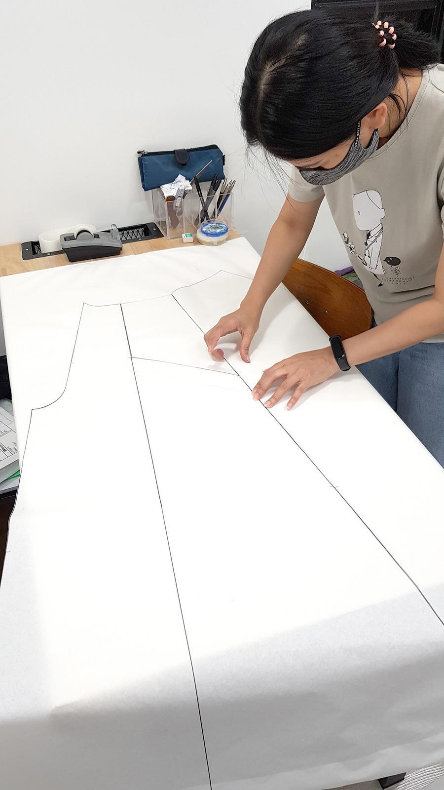 ผลงานการออกแบบสร้างแพทเทิร์นผู้เรียน ชุดจั้มพ์สูทขาบานปกซาฟารีลึก โครงสร้างแขนกิโมโน
